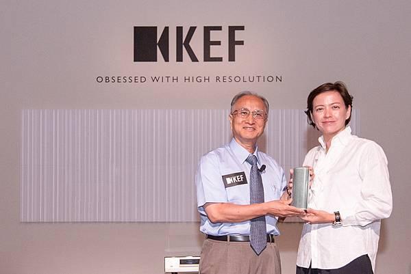 KEF董事總經理羅潔怡 MUO Metal贈禮儀式