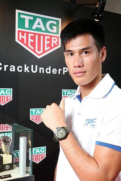 2017台北世大運田徑好手楊俊瀚於授旗典禮時,至TAG Heuer泰格豪雅展示區欣賞腕錶。