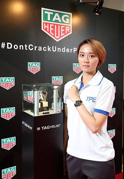2017台北世大運桌球好手鄭先知於授旗典禮時,至TAG Heuer泰格豪雅展示區欣賞腕錶。