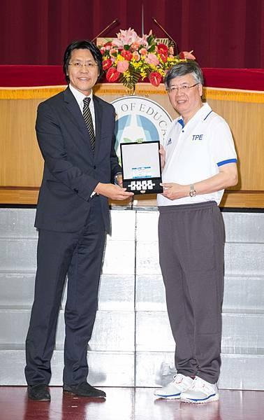 大專體總會長江漢聲(右)回贈2017年世大運代表隊紀念徽章套組予TAG Heuer泰格豪雅,由品牌總監鄭安生(左)代表受禮。
