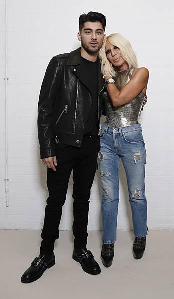 Zayn Malik和Versace藝術總監Donatella Versace女士合影