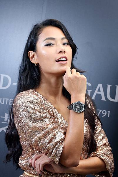 1. 王麗雅配戴價值NTD 728,000 的Neo-Bridges 鈦金屬自動腕錶,展演芝柏表創新的時尚魅力