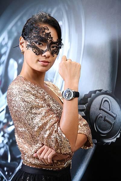 2. 王麗雅戴著黑色鏤空面罩出場,呼應手上Neo-Bridges 鈦金屬自動腕錶的錶橋工藝美學