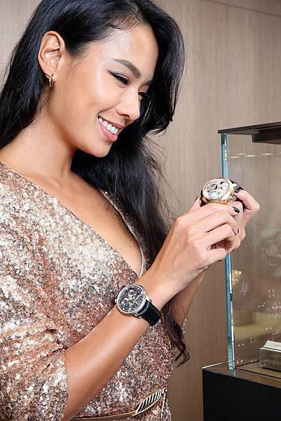 4. 王麗雅在錶櫃前細賞價值 NTD10,720,000 的天象儀三軸陀飛輪腕錶的精緻工藝