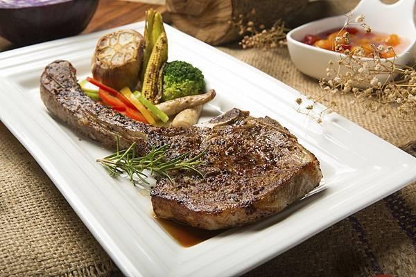 圖3.嫩烤戰斧豬排 $680元,先煎再烤,釋放月桂葉、迷迭香氣息,享受最多汁時刻,感受雲林「究好豬」肋骨部位的魅力。