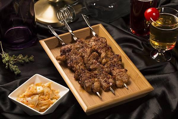 圖2.岩烤梅花豬肉串 $280元,嚴選「究好豬」上肩嫩肉,以特殊冷凍醃法讓鮮蔬醬的甜美醃入肉質內裡,烤出鮮香肉汁的完美串燒。