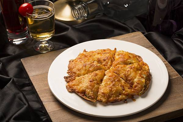 圖8.黃金泡菜披薩 $350元,脆口泡菜與酥脆餅皮,加上香濃起司、各式鮮蔬,多層次的滋味,是餐桌上的黃金時刻。