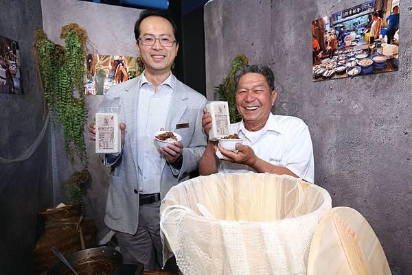 台灣三星電子 行動與資訊事業部副總經理 李元榮偕有機稻農吳和南親煮三星米滷肉飯