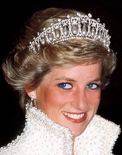 黛安娜王妃備受人們的尊敬和愛戴