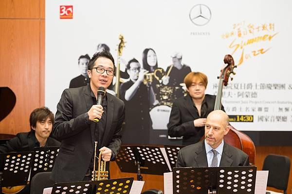 兩廳院夏日爵士節慶樂團與知名小號手麥可.摩斯曼(前方右1)進行彩排
