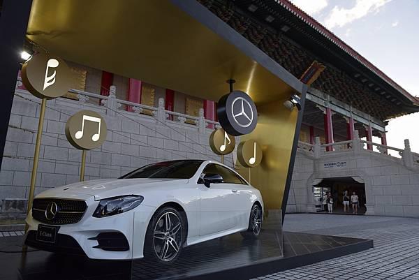 爵士派對現場展出亮眼的Mercedes-Benz E300 Coupé,兼具現代激情與古典優雅的運動風格,成為藝文廣場另一吸睛「嬌」點