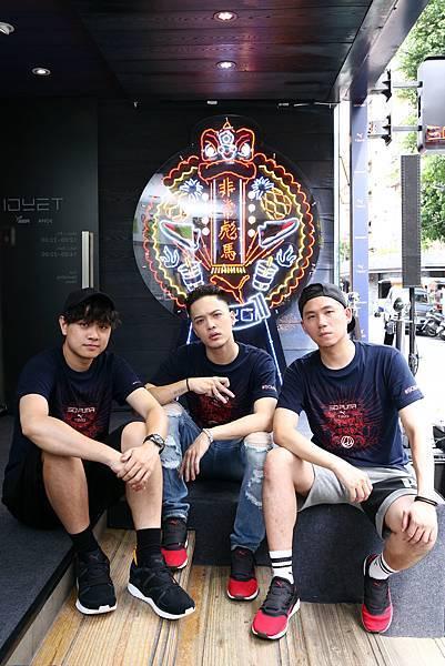 新生代音樂唱作人J. Sheon(中)、新創設計師顏伯駿(右)、Pili Wu(左)引爆東區潮流茶街
