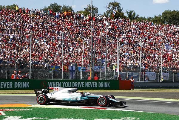 Lewis Hamilton奪下了破紀錄的生涯第69個桿位,最後也拿下義大利站冠軍,車手積分更一舉超越Scuderia Ferrari車隊的Sebastian Vettel