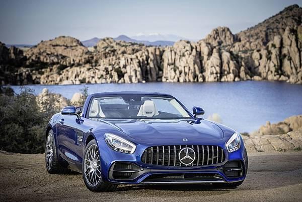 AMG GT Roadster搭載 4.0L V8雙渦輪增壓汽油引擎,具備476hp輸出動能,0-100kmh加速過程僅需4.0秒就可完成,極速則可達302kmh
