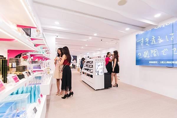 擁有充裕空間和寬敞動線的【AVON探索美麗體驗店】,要讓所有女人們享受從內到外最完整的美麗體驗,以及時下最流行的美妝資訊!_02