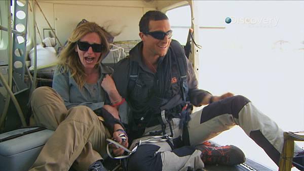 貝爾帶茱莉亞羅勃茲乘坐連門都沒有的飛機,嚇得茱莉亞緊抓貝爾不放