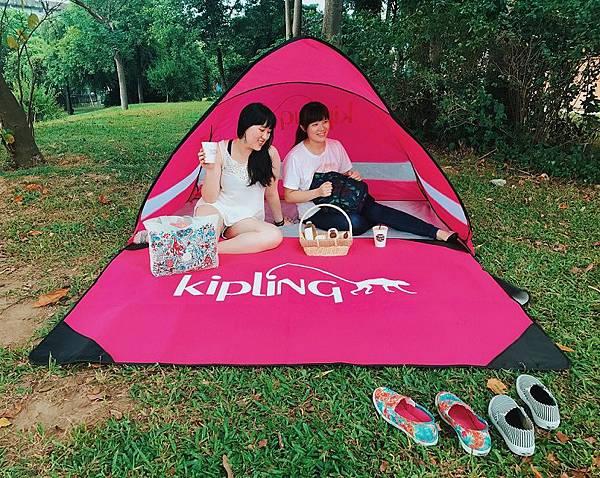 秋分舒爽 玩樂Glamping熱潮正夯,KIPLING週年慶最強禮品 買包送帳篷,讓KIPLING 帶您一同野餐趣