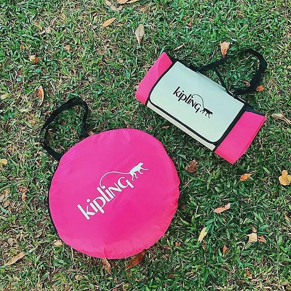 野餐正夯,KIPIING 周年慶推出亮眼桃野餐帳篷組合,單筆消費滿8,000即贈桃紅野餐墊,單筆消費滿12,000即贈多功能野餐帳篷一個