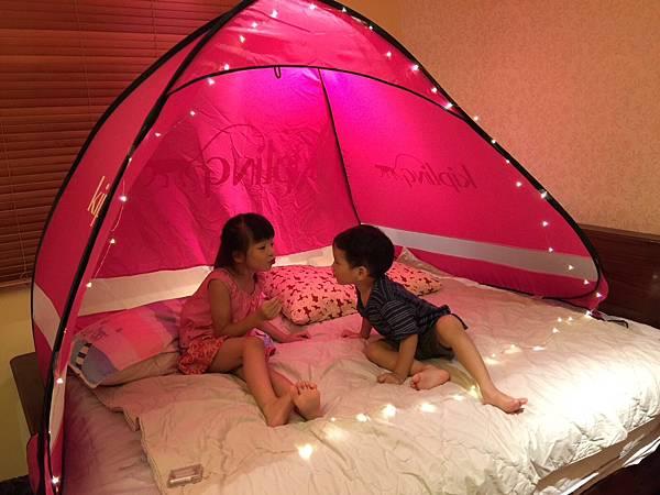 誰說帳篷只能拿來野餐,KIPIING 超華麗桃紅色帳篷搖身一變童趣十足,擺在小孩臥室,在家也可輕鬆露營,超有 Fu~