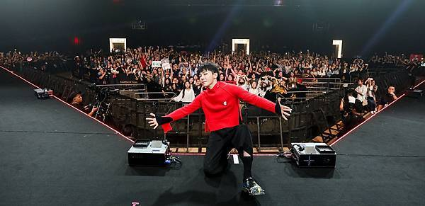 G-Dragon與全場粉絲合影
