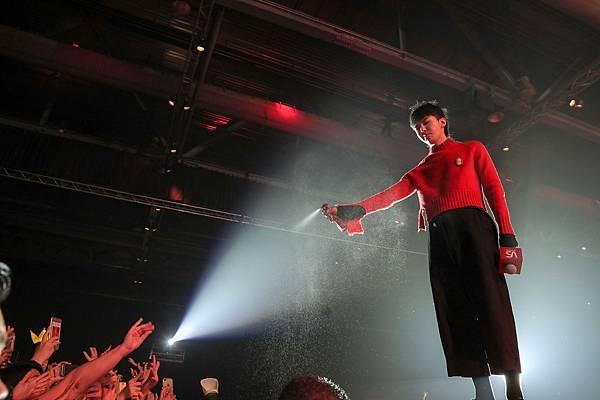 G-Dragon現場使用沙宣瞬效保濕順滑精華水喚醒粉絲
