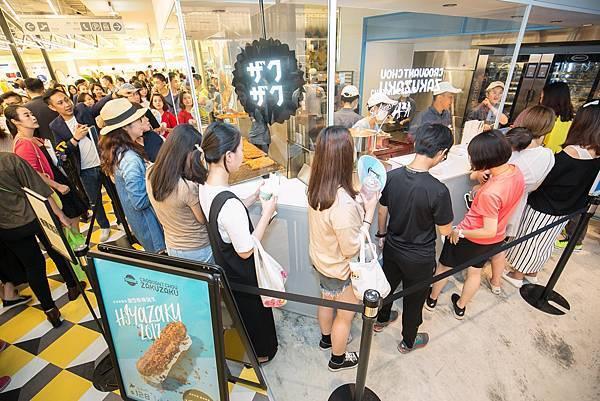 ZAKUZAKU棒棒泡芙以時尚新潮的品牌形象進駐台中新光三越,開幕首日即吸引大批消費者排隊搶購(圖片提供-ZAKUZAKU)