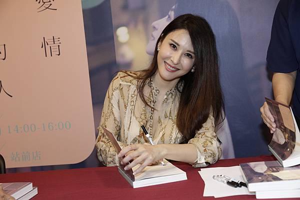 穆熙妍為粉絲簽名新書《見過愛情的人》-1