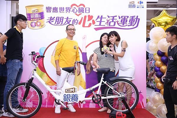 金克寧銀養代言人任爸與老朋友PK腳踏車展現好活力