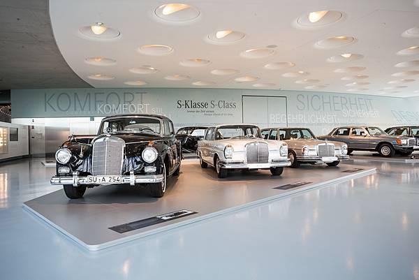 Mercedes-Benz於1972年首度於車名導入沿用Sondernklasse德文、特殊等級意思的「S」字母,強調Mercedes-Benz以客為尊的客製化思維