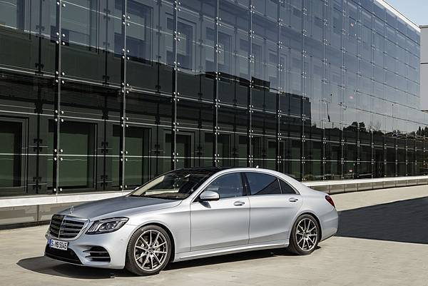 全新S-Class立基於W222、V222世代優異基礎,並針對科技創新、效率升級、豪華舒適三大面向全數革新,再立豪華旗艦新典範