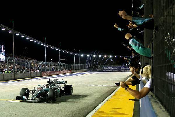 新加坡正賽在雨勢中開賽,加上起跑時的碰撞意外,一舉讓多位車手全數退賽,瞬間讓Lewis Hamilton奪得領先位置