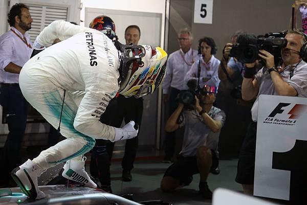Lewis Hamilton於新加坡站一路穩紮穩打獲得勝利,收下生涯第60個分站冠軍