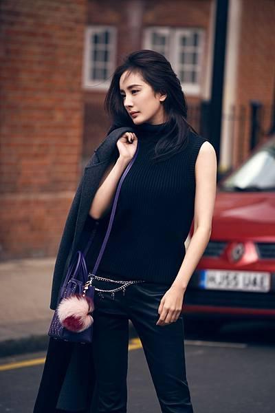 楊冪手持秋冬新品 - Mercer鳶尾紫提包於倫敦拍攝一系列形象大片 (2)