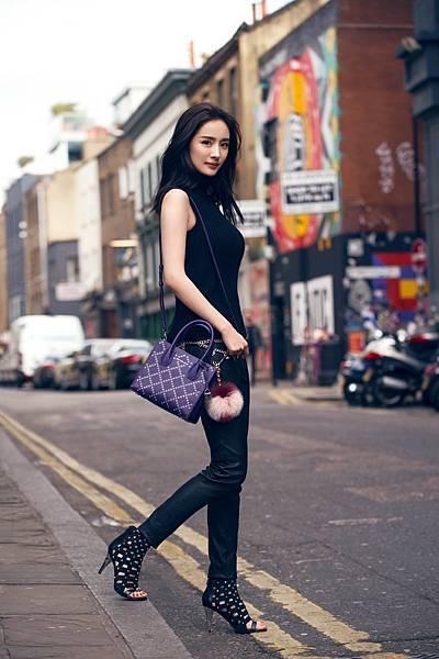 楊冪手持秋冬新品 - Mercer鳶尾紫提包於倫敦拍攝一系列形象大片 (3)