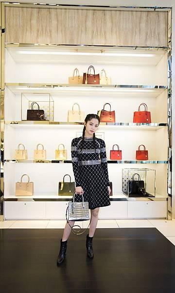 歐陽娜娜手背Mercer方型小提包游踏訪MK紐約旗艦店