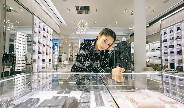歐陽娜娜手背Mercer方型小提包游造訪MK紐約旗艦店
