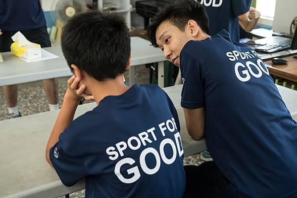 明道大學籃球隊隊員(右)仔細聆聽每位青年的願望,希望能用運動改變世界