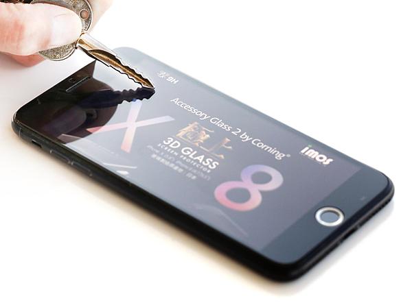 【新聞照4】AG2BC的玻璃材料和化學強化的工藝條件是專門應對螢幕保護產品定製的,提供改進高達3至5倍的耐刮度和降低25%的劃痕可見度。