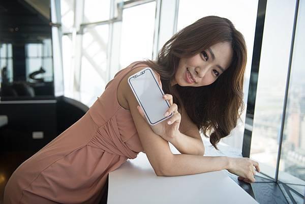 【新聞照6】imos螢幕保護貼所有的開孔導角處均採最高等級玻璃加工處理,讓觸控平面使用起來更加平順,提供iPhoneX使用者完美體驗