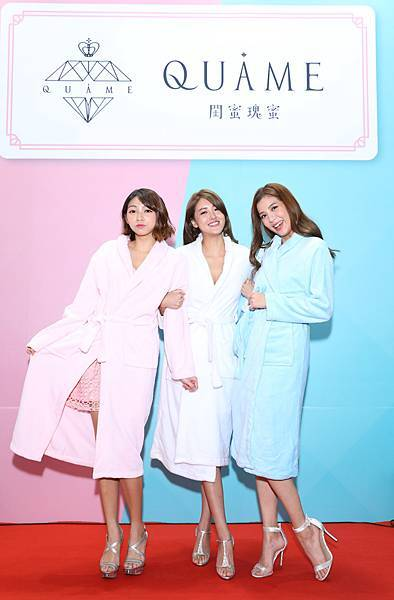 浴袍造型曾智希、賴琳恩、鄧絜文(伊林娛樂提供)2