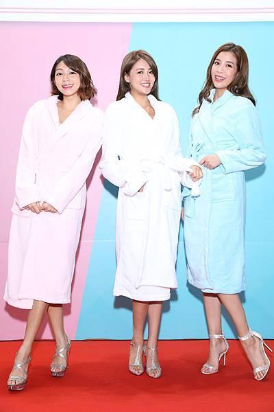 浴袍造型曾智希、賴琳恩、鄧絜文(伊林娛樂提供)