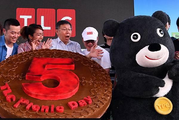 熊讚驚喜現身獻上TLC巨型月餅 柯P、大霈超吃驚