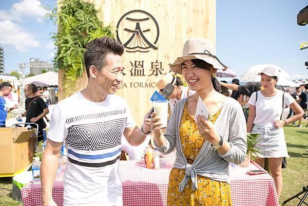 【新聞圖05】星座天師「郭子乾」邀請現場民眾試飲特調溫泉大冰奶