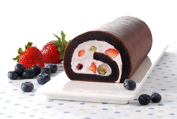 「亞尼克生乳捲-莓果樂園」將特黑巧克力泡芙蛋糕與新鮮草莓、藍莓、黑莓及紅黑醋栗的完美搭配,營造酸甜幸福滋味