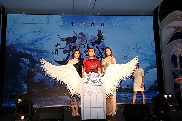 左起始祖鳥互動娛樂CEO錢幽蘭、祖龍娛樂CEO李青、代言人莫允雯