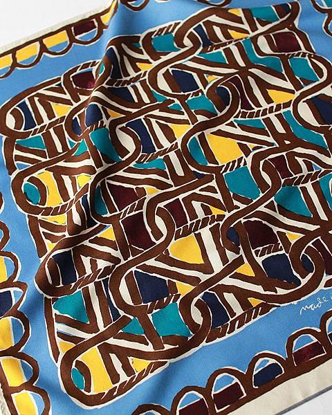 45R 水藍色編籠紋絲巾,NT$4,580。(近照)