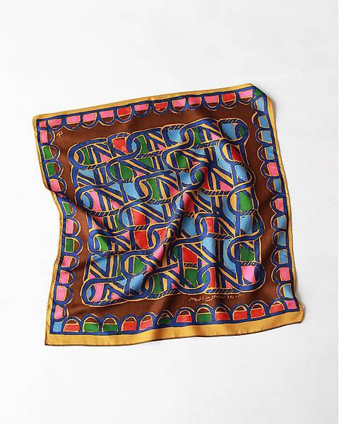 45R 咖啡色編籠紋絲巾,NT$4,580。