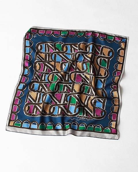 45R 藍色編籠紋絲巾,NT$4,580。