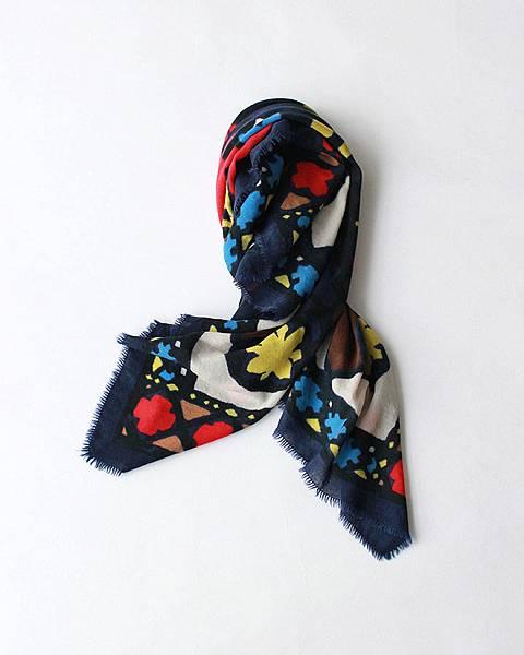 45R 藍色拼布印花方巾,NT$12,680。