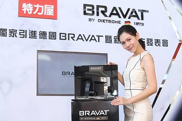 【BRAVAT 新聞圖片】特力屋代理德國百年工藝衛浴品牌BRAVAT,推出弓系列龍頭,具2Lead-free無鉛技術,符合美國NSF標準,防止水的二次汙染、售價12,900元。